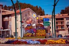 Смешная сад-кровать цветка с расплывчатыми домами на предпосылке стоковая фотография rf