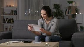 Смущенная женщина читая письмо дома сток-видео