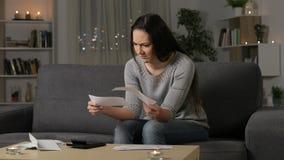 Смущенные получения банка чтения женщины в ночи сток-видео