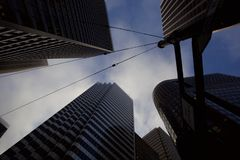 Смотреть вверх на небоскребах в Сан-Франциско стоковое фото