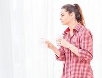 Смотрящ вне throuh окна к яркости стоковые фотографии rf