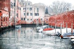 Снимок домов и припаркованных шлюпок каналом, в neighboorhood Венеции стоковые фото