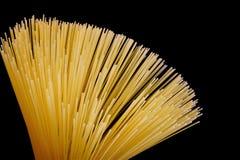 Спагетти на черной предпосылке, популярная еда Спагетти вид макаронных изделий сделанный из высушенного теста пшеницы, тонко с кр стоковая фотография rf
