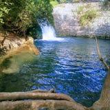 Спрятанный водопад в середине города стоковое фото
