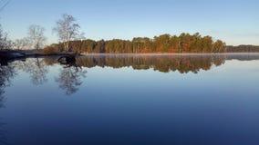 Спокойные воды на озере стоковое изображение