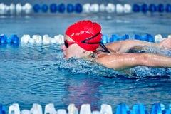 Спортсменка плавает со стилем бабочки Брызгает scatter воды в различных направлениях стоковые фото