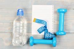 Спорт и концепция формировать Инструменты фитнеса для потери веса стоковое фото rf