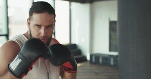 Спорт и люди, молодая мужская тренировка спортсмена в спортзале бокса акции видеоматериалы