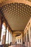 Сделанные по образцу потолки вдоль аркад квадрата Испании стоковая фотография