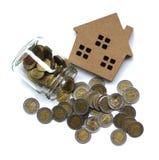 Ссуда под недвижимость, модельный дом и деньги монетки свойство для концепции стоковые фото