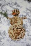 Съестной очень вкусный снеговик сделанный из блинчиков стоковые изображения