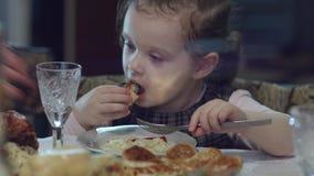 Съешьте, моя маленькая девочка Рука женщины давая мясо, овощи и макаронные изделия желания плиты возбужденной маленькой девочке Е акции видеоматериалы