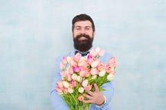 Сюрприз джентльмена романтичный для ее Цветет поставка Дата джентльмена романтичная игра гитары приветствиям дня рождения творчес стоковое фото