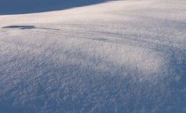 Сугроб с живописными тенями Морозный день зимы Морозная погода стоковая фотография