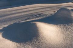 Сугроб с живописными тенями Морозный день зимы Морозная погода стоковые изображения