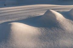Сугроб с живописными тенями Морозный день зимы Морозная погода стоковое фото rf