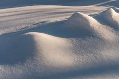 Сугроб с живописными тенями Морозный день зимы Морозная погода стоковое изображение