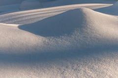 Сугроб с живописными тенями Морозный день зимы Морозная погода стоковое изображение rf