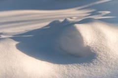 Сугроб с живописными тенями Морозный день зимы Морозная погода стоковое фото