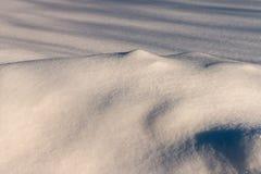 Сугроб с живописными тенями Морозный день зимы Морозная погода стоковые фото
