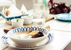 Суп морепродуктов с мидиями, креветками и рыбами в белом шаре с голубым орнаментом в ресторане стоковые изображения rf
