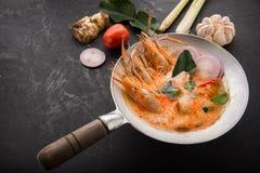 Суп Том Yum Goong пряный кислый на взгляде сверху деревянного стола, известной кухне Тайской кухни вызывая Том Yum Kung стоковые изображения