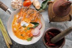 Суп Том Yum Goong пряный кислый на взгляде сверху деревянного стола, известной кухне Тайской кухни вызывая Том Yum Kung стоковое изображение