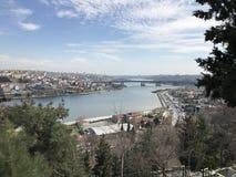 Стамбул/Турция - март 2019: Туристы наслаждаются взглядом от пункта Loti Eyup-Pierre стоковое фото rf
