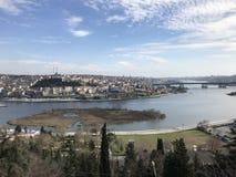 Стамбул/Турция - март 2019: Туристы наслаждаются взглядом от пункта Loti Eyup-Pierre стоковая фотография