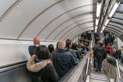 Станция банка в Лондоне ОН нелегально, люди использует эскалатор на часе пик стоковые изображения
