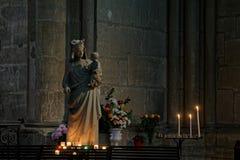 Статуя девой марии внутри собора Реймса стоковое изображение