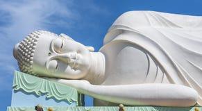 Статуя спать белая Будда с предпосылкой голубого неба стоковое фото rf