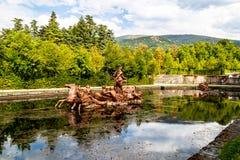 Статуя SEPT. 2018 - Ла Granja de Сан Ildefonso, Сеговия, Испания - Нептун бежать на колеснице в Fuente de Ла Carrera de Caballos стоковое изображение rf
