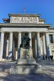 Статуя Velazquez перед музеем Prado в городе Мадрида стоковая фотография