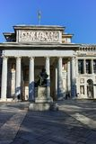 Статуя Velazquez перед музеем Prado в городе Мадрида стоковые изображения