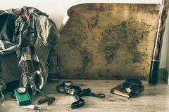 Старая карта, винтажное оборудование перемещения и сувениры от по всему миру перемещения/место для вашего текста стоковое изображение