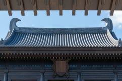 Старая китайская архитектура крыши виска с голубым небом и белым облаком стоковое фото rf
