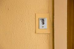 Старая кнопка звонка лифта с grungy картиной в советском здании в пост-Совете Риге, Латвии стоковые фотографии rf