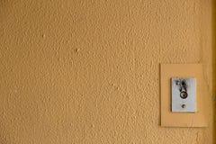 Старая кнопка звонка лифта с grungy картиной в советском здании в пост-Совете Риге, Латвии бесплатная иллюстрация
