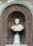 Старая мраморная статуя в парке замка Peles в Sinaia, Румынии стоковое изображение rf