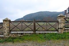 Старая деревянная загородка с белыми столбцами кирпича стоковая фотография rf