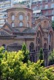 Старая церковь Panagia Chalkeon, XI столетие, на предпосылке современных зданий, Thessaloniki, Греция стоковое изображение