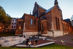 Старая Рига вечером, Латвия, Европа - люди идя в исторические улицы европейской столицы - laukums Doma с стоковые изображения rf