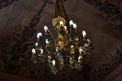 Старинная люстра на потолке в гостинной. Antique stock photos