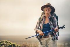 Старшая женщина наслаждаясь ее пешим отключением стоковые фотографии rf
