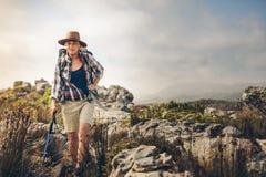 Старшая женщина на авантюрном пешем отключении стоковая фотография rf