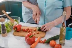 Старшие пары варя салат стоковое фото rf