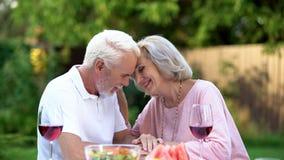 Старшии сидя на таблице и вспоминая их жизнь совместно, счастливое замужество стоковые фотографии rf