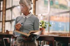 Старший женский профессор уча в классе стоковое изображение rf