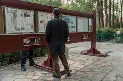 старший чтения газеты человека стоковое фото